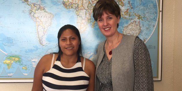Aidé Rocio Arias, survivante colombienne de mine antipersonnel, et Marie-Claude Bibeau, ministre du Développement...