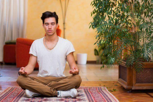 Quand l'extrémité de l'index entre en contact avec l'extrémité du pouce, ce geste symbolise la sagesse de l'esprit. Une philosophie suivie chez Yoga Monde.