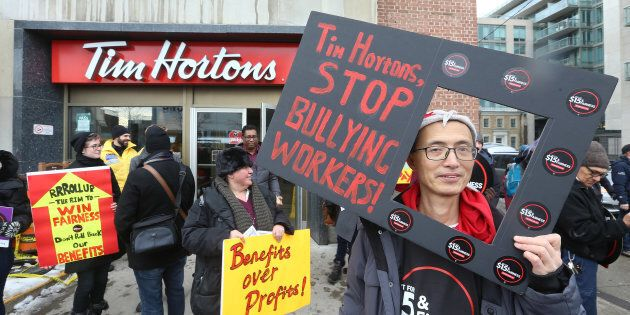 Des manifestants protestent devant un Tim Hortons de Toronto le 10
