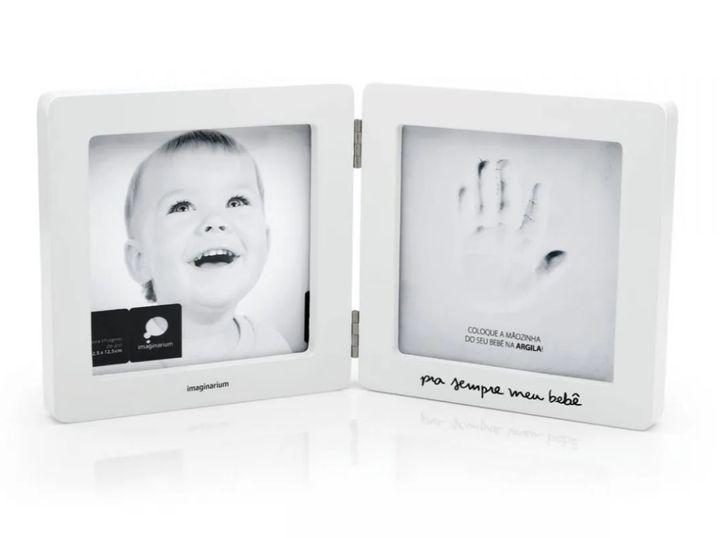 """Porta-retrato registro m&atilde;o de beb&ecirc; <a href=""""https://loja.imaginarium.com.br/porta-retrato-registro-mao-de-bebe/p"""" target=""""_blank"""" rel=""""noopener noreferrer"""">custa cerca de R$ 99,90</a>."""