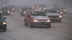 La neige complique la circulation automobile: les chaussées sont toutes