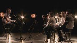 De jeunes Syriens et Patrice Michaud chantent