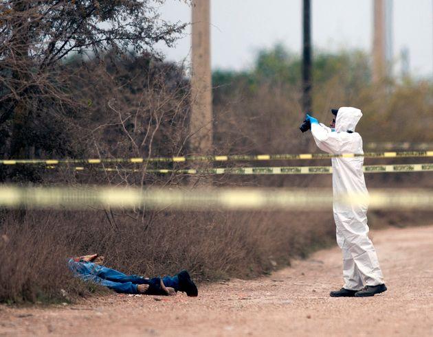 Un policía investiga la escena de un crimen en