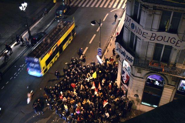 Des manifestants sont encerclés par les forces de l'ordre, le 30 janvier 2007 à Paris,...