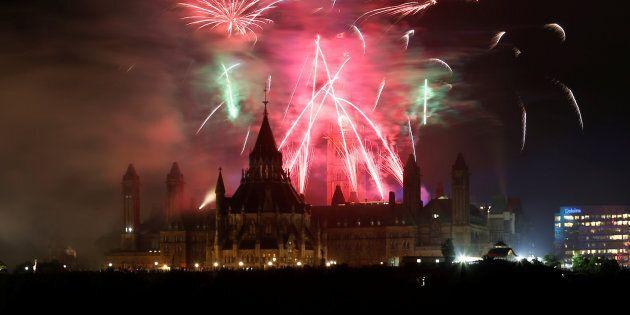 Des feux d'artifices marquent le 150e anniversaire du Canada, le 1er juillet dernier à