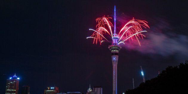 Des feux d'artifice ont été lancés de la Sky Tower à Auckland, en