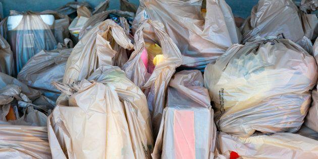 Les sacs de plastique légers seront interdits dès lundi à