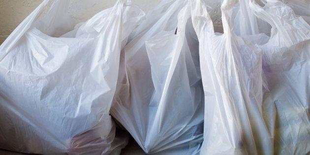 Les sacs de plastique léger maintenant interdits dans les commerces de