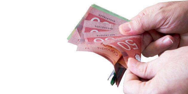 Les PDG canadiens ont gagné le salaire moyen annuel d'un travailleur le matin du 2