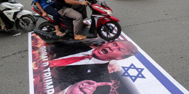 Manifestation de musulmans indonésiens contre la décision de Donald Trump de reconnaître Jérusalem comme capitale d'Israël, à Aceh, Indonésie, 22 décembre 2017.