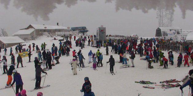 Sommet du Mont Tremblant jeudi à 13h30. Enfin du temps plus confortable pour profiter des belles conditions....