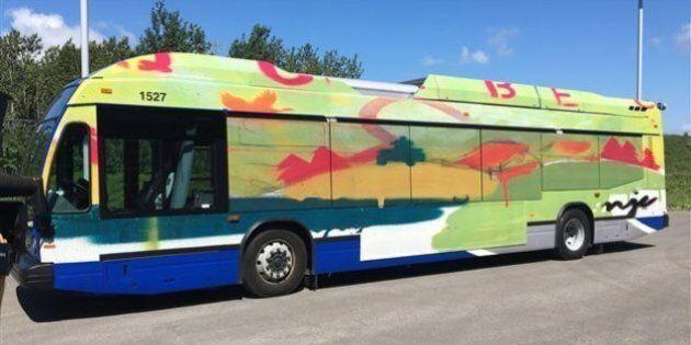 L'oeuvre «Québec vrai» sur un autobus du