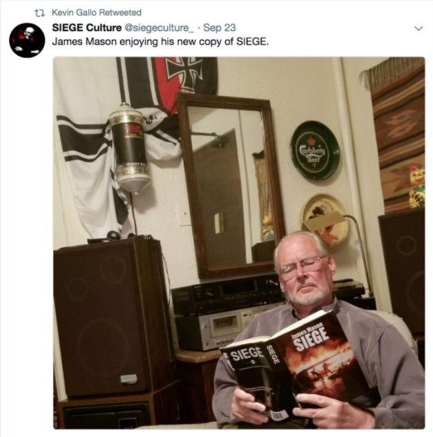 James Mason, l'auteur néonazi de SIEGE, lisant son propre