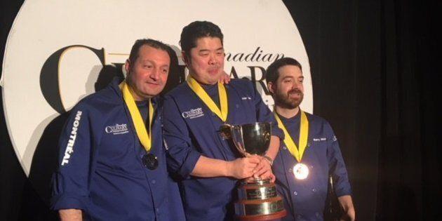 Entourant le Chef Alex Chen de Vancouver, médaillé d'or au centre, Eric Gonzalez, médaille d'argent à...