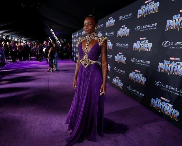 Lupita Nyong'o fait sensation sur le tapis rouge (violet) de «Black