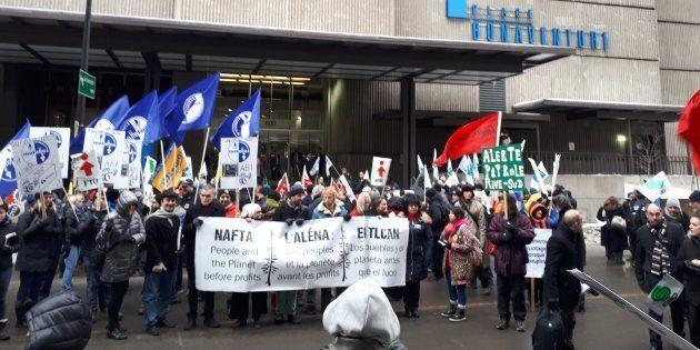 Lors du rassemblement « Les peuples et la planète avant le profit » organisé par le Réseau québécois...