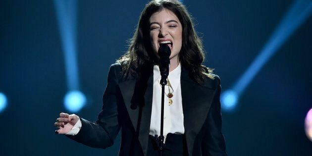 Lorde publie une annonce dessinée à la main dans un journal