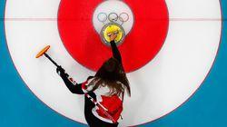 L'équipe canadienne de curling féminin reste dans la course en battant facilement le