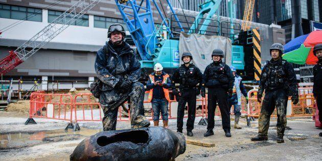 L'expert en bombes Adam Roberts pose devant une bombe américaine -désamorcée- datant de la Seconde Guerre...