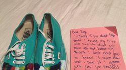 Cette petite fille qui a tenté de peindre les chaussures de sa sœur a ému tout le
