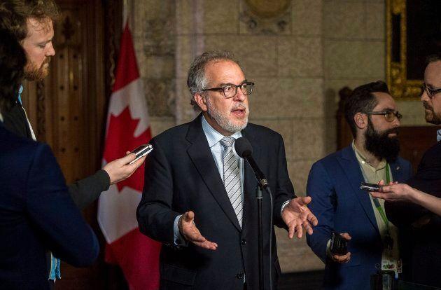 L'ex-député du Bloc québécois, Rhéal Fortin, parle aux journalistes après qu'il ait claqué la porte du...