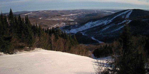 Une webcam de Stoneham près de Québec. On ne peut y constater la qualité de la neige mais on peut voir...