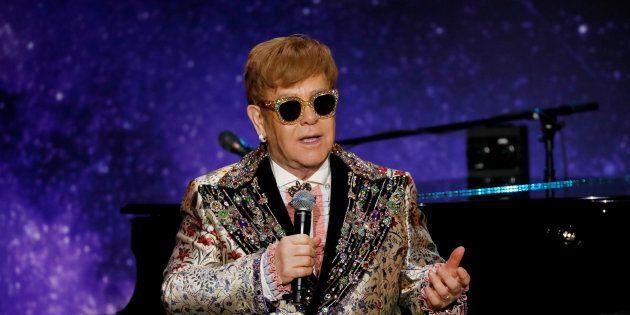 Elton John hurle sur ses admirateurs en plein concert et quitte la