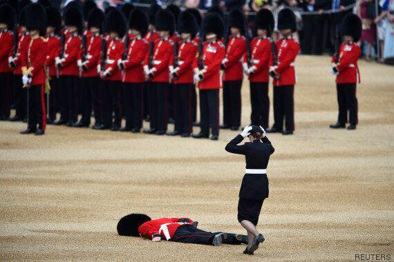 Un membre de la garde royale anglaise au sol après un malaise à la cérémonie «Trooping the