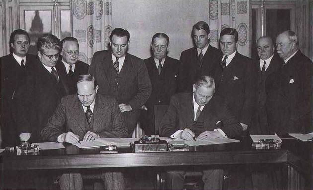 Signature des accords de Saltsjöbaden Photographe - Olsson, Lars: Klass i rörelse. Image du domaine