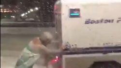 Un homme déguisé en Reine des neiges sauve une voiture de