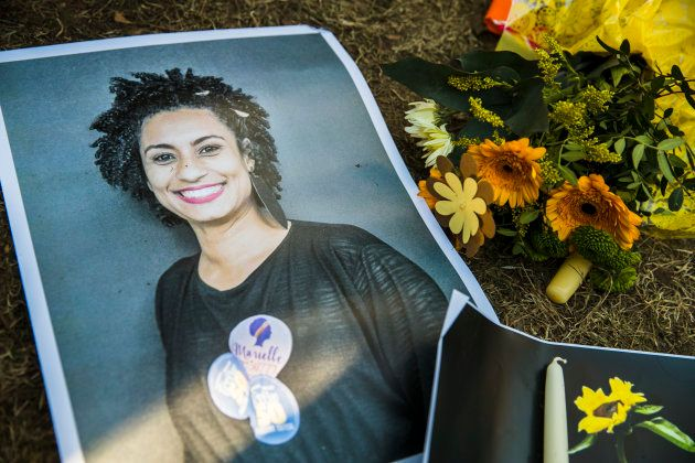 Une photo de Marielle Franco déposée à côté de fleurs lors d'une manifestation de ressortissants brésiliens à Berlin.