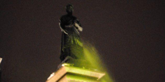 Deux statues de la reine Victoria vandalisées à