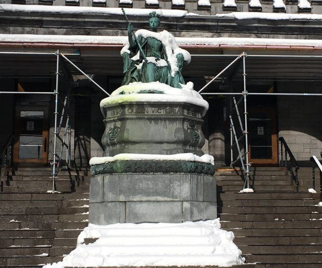 La statue de la reine Victoria devant le pavillon de musique de l'Université McGill, le jeudi 15 mars