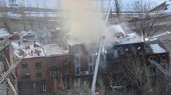 Un immeuble en feu menace de s'effondrer au