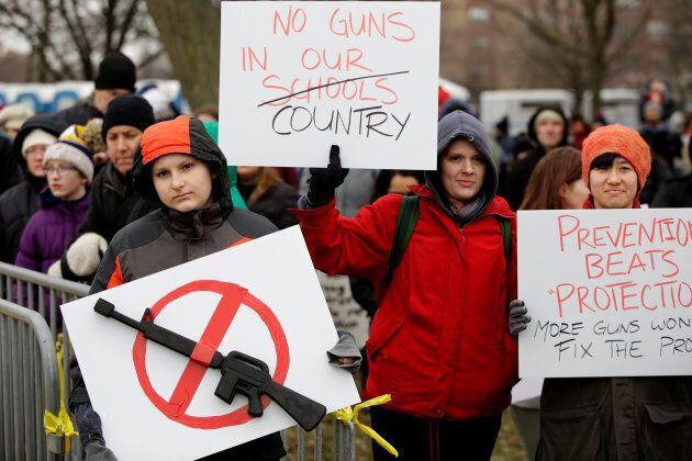 Plusieurs manifestants lors d'un rassemblement contre les armes aux États-Unis, le 24 mars