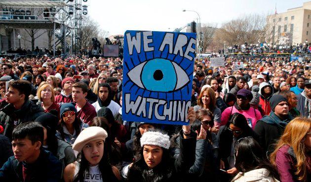 «Marche pour nos vies»: pancartes, slogans, l'imagination des jeunes américains anti-armes en