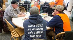 Des manifestants pro-armes distribuent des chargeurs à grande