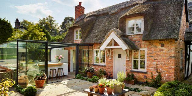 Cette cuisine dans un cottage anglais est entièrement vitrée