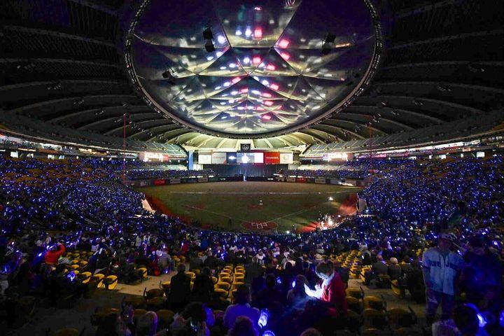 Le Stade olympique a été illuminé par les verres Budweiser donnés aux partisans lors de l'un des matchs préparatoires des Blue Jays en 2018. Budweiser a remis des verres «Coups de circuit» aux 25 000 premiers spectateurs.