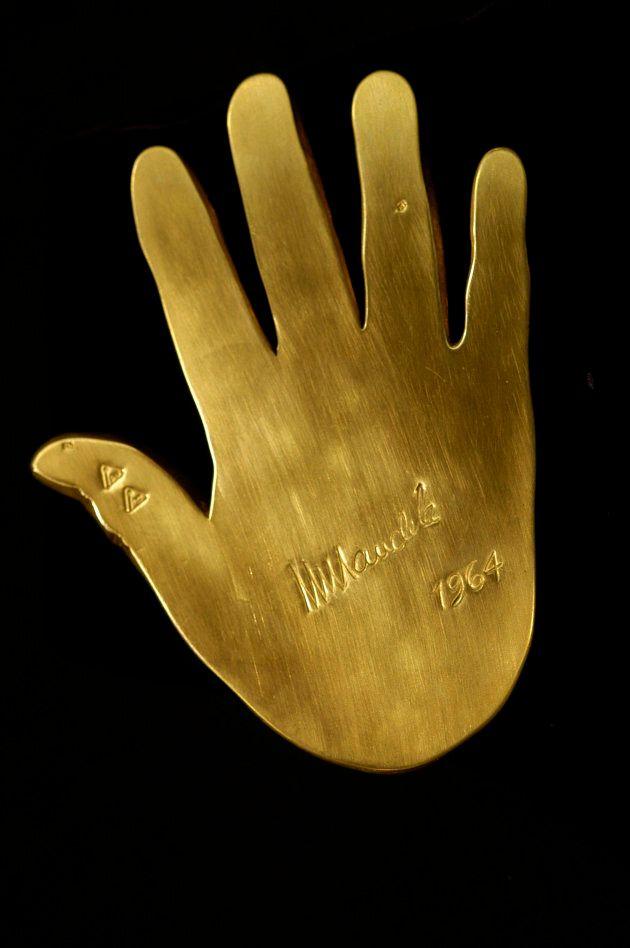 Vendus, les moulages en or des mains de Mandela vont être
