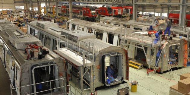 Monteure arbeiten am Donnerstag, 2. April 2009, in Goerlitz in einer Montagehalle von Bombardier Transportation...