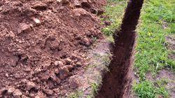 Un ado creuse une tranchée dans sa