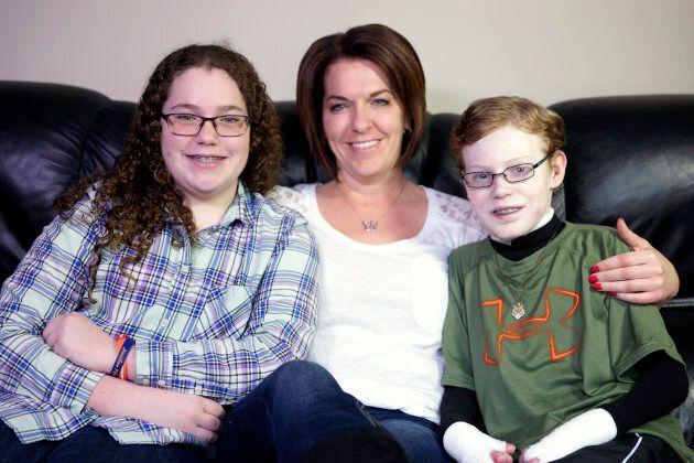 Jonathan Pitre (droite) en compagnie de sa soeur Noémy et sa mère Tina en avril
