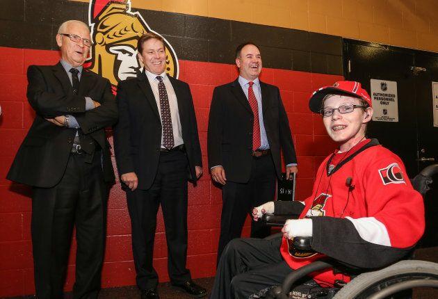 Photo d'archives de Jonathan Pitre (droite) en compagnie de Bryan Murray, Randy Lee et Pierre Dorion...