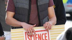 «Rendre sa grandeur à la science»: des manifestants inquiets aux