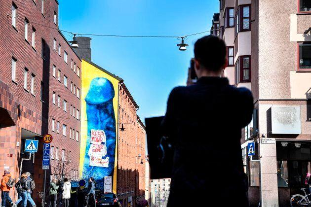 Un énorme pénis bleu divise à