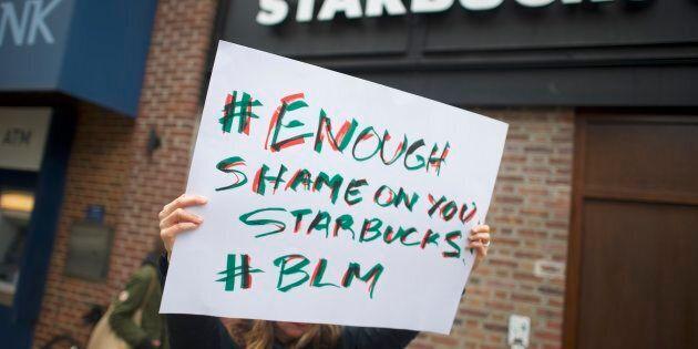 Le chef de la direction de Starbucks s'excuse aux deux Afro-Américains