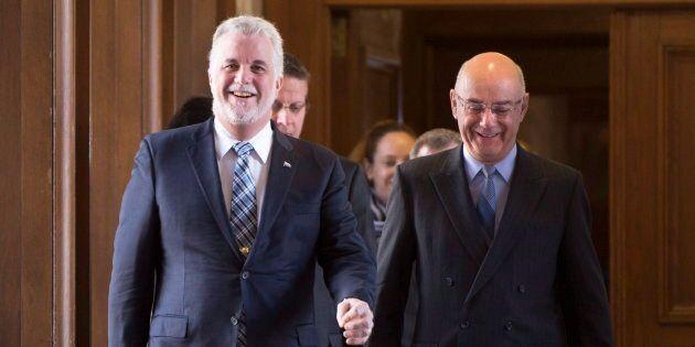 Le premier ministre Philippe Couillard (à gauche) et Jacques Daoust (à droite) qui était alors ministre...