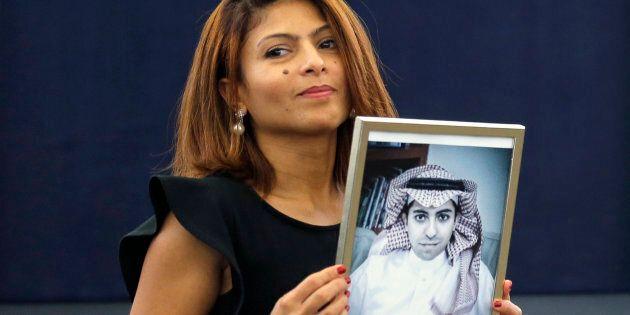L'épouse de Raïf Badawi, Ensaf Haidar, pose avec une photo de son