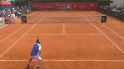 Ce joueur de tennis se moque des cris de son adversaire (et ça n'a pas plu à l'arbitre)
